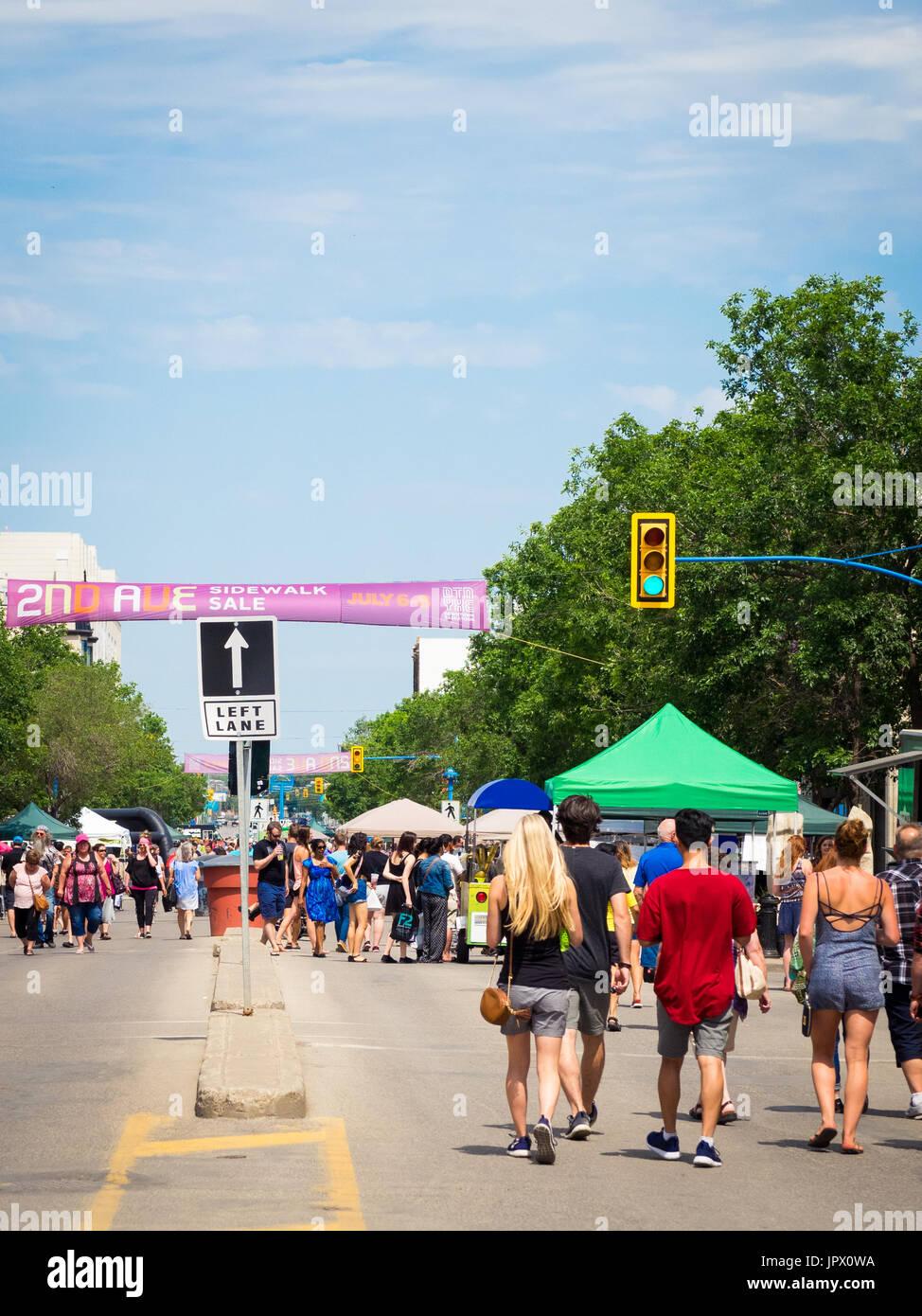 Die 2nd Avenue Sidewalk Sale in Saskatoon, Saskatchewan, Kanada.  Saskatoon Tradition, markiert der Bürgersteig Verkauf seinen 41. Geburtstag im Jahr 2017. Stockfoto