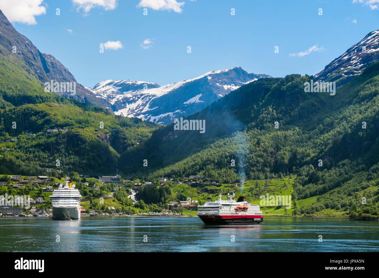 Kreuzfahrt Schiffe Ozeandampfer und Hurtigruten Kreuzfahrt Schiff Polarlys in im Sommer vor der Küste verankert. Geirangerfjord oder Geiranger Fjord Geiranger Norwegen Stockbild