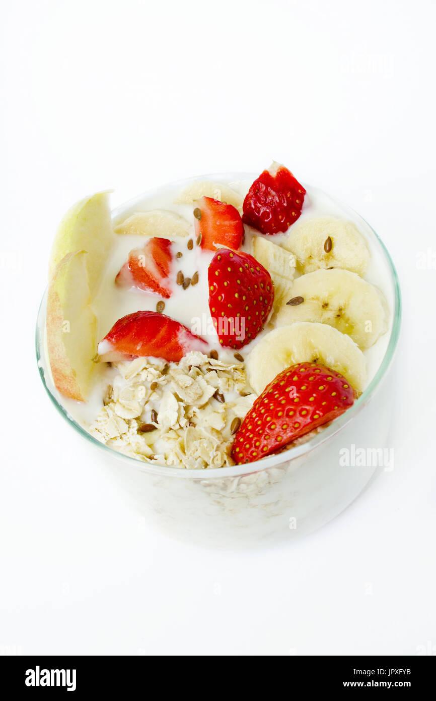 gesundes fr hst ck joghurt haferflocken leinsamen erdbeeren bananen pfel wei en. Black Bedroom Furniture Sets. Home Design Ideas