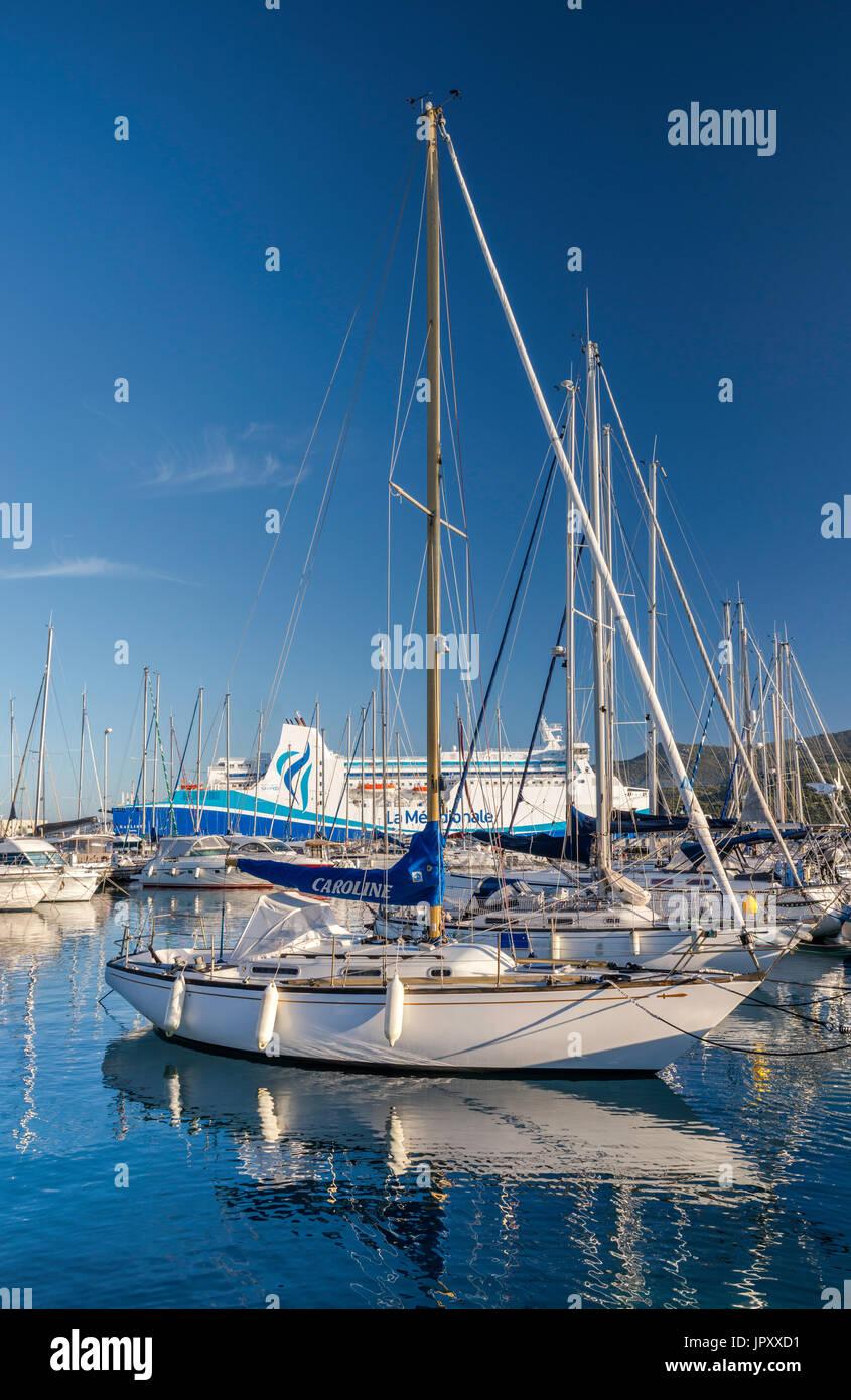 Segelboote im Yachthafen, M/F Kalliste Fähre am Pier hinter, am Golfe de Valinco Propriano, Corse-du-Sud, Korsika, Frankreich Stockbild