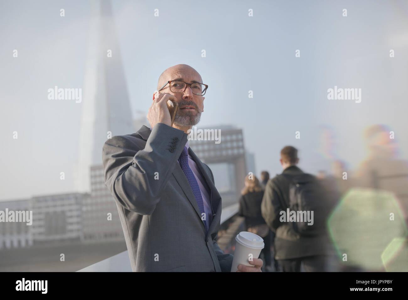 Ernst Kaufmann, Kaffee trinken und reden über Handy, London, UK Stockfoto