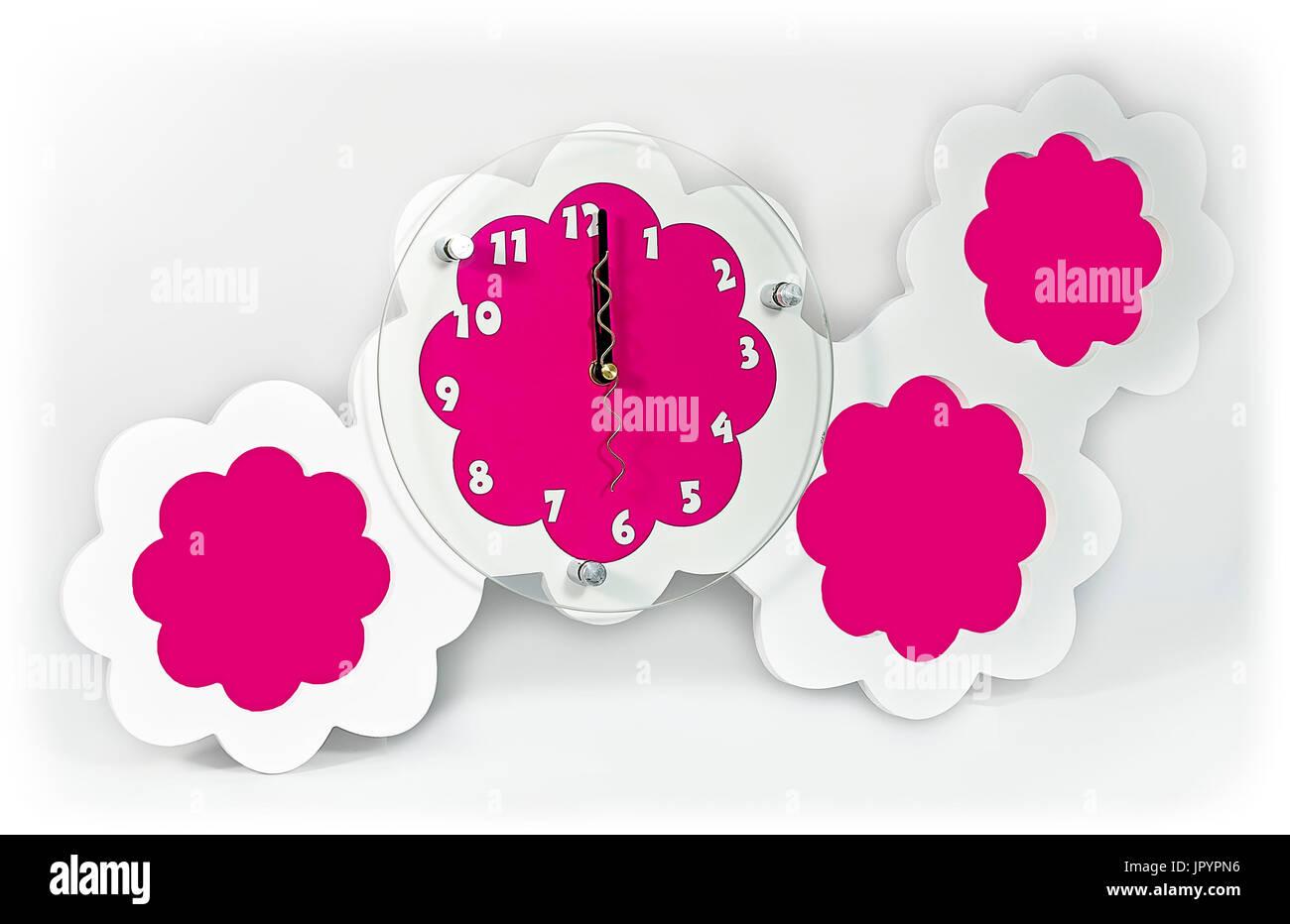 Weiß rosa Wanduhr mit Bilderrahmen Stockfoto, Bild: 151815922 - Alamy