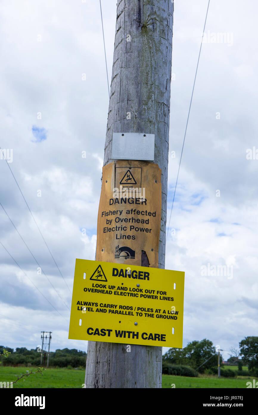 Gefahrenzeichen für Fischer warnen für overhead Stromleitungen UK Stockbild
