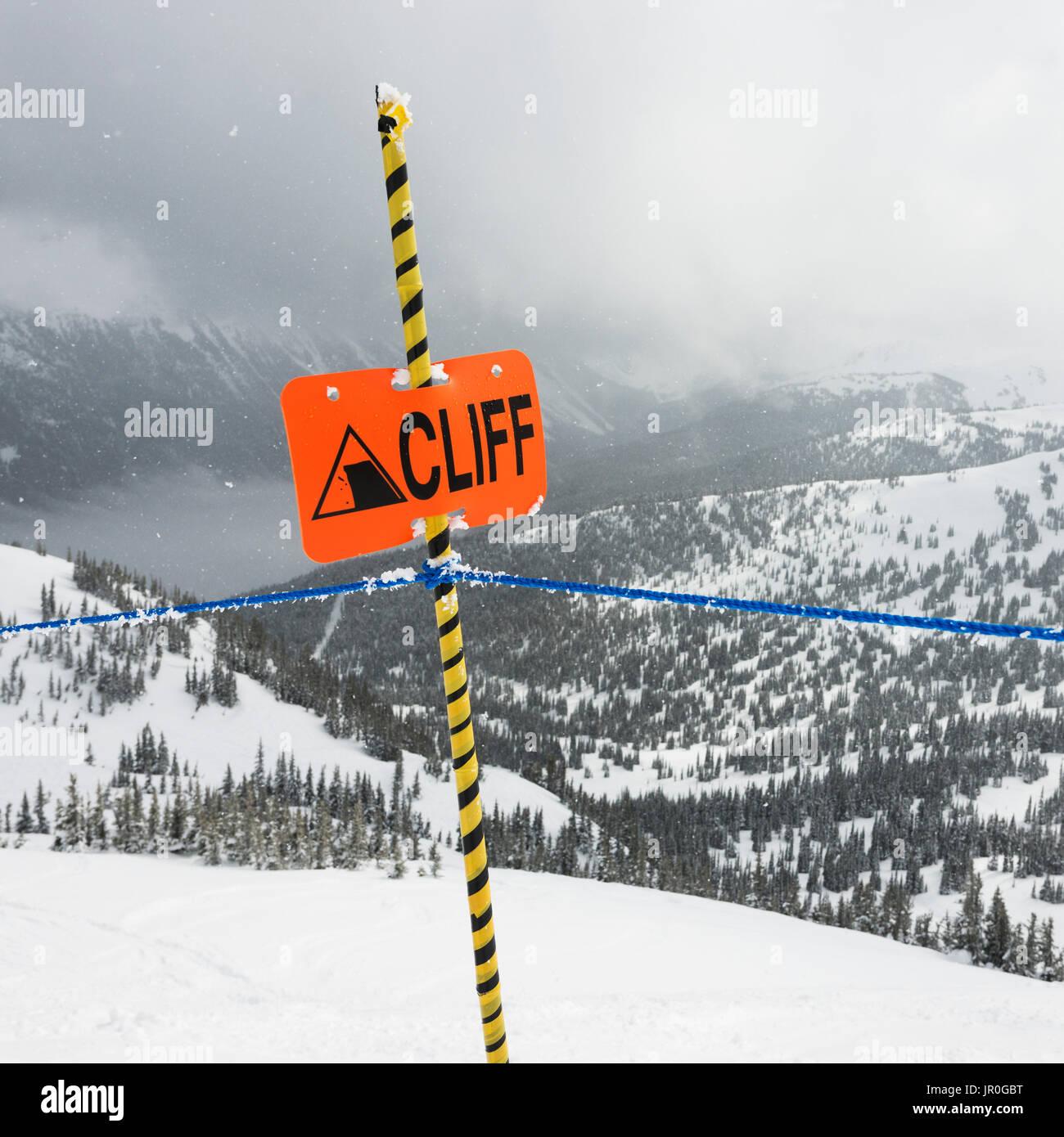 Ein Warnschild an einem Skigebiet Warnung vor einer Klippe; Whistler, Britisch-Kolumbien, Kanada Stockbild