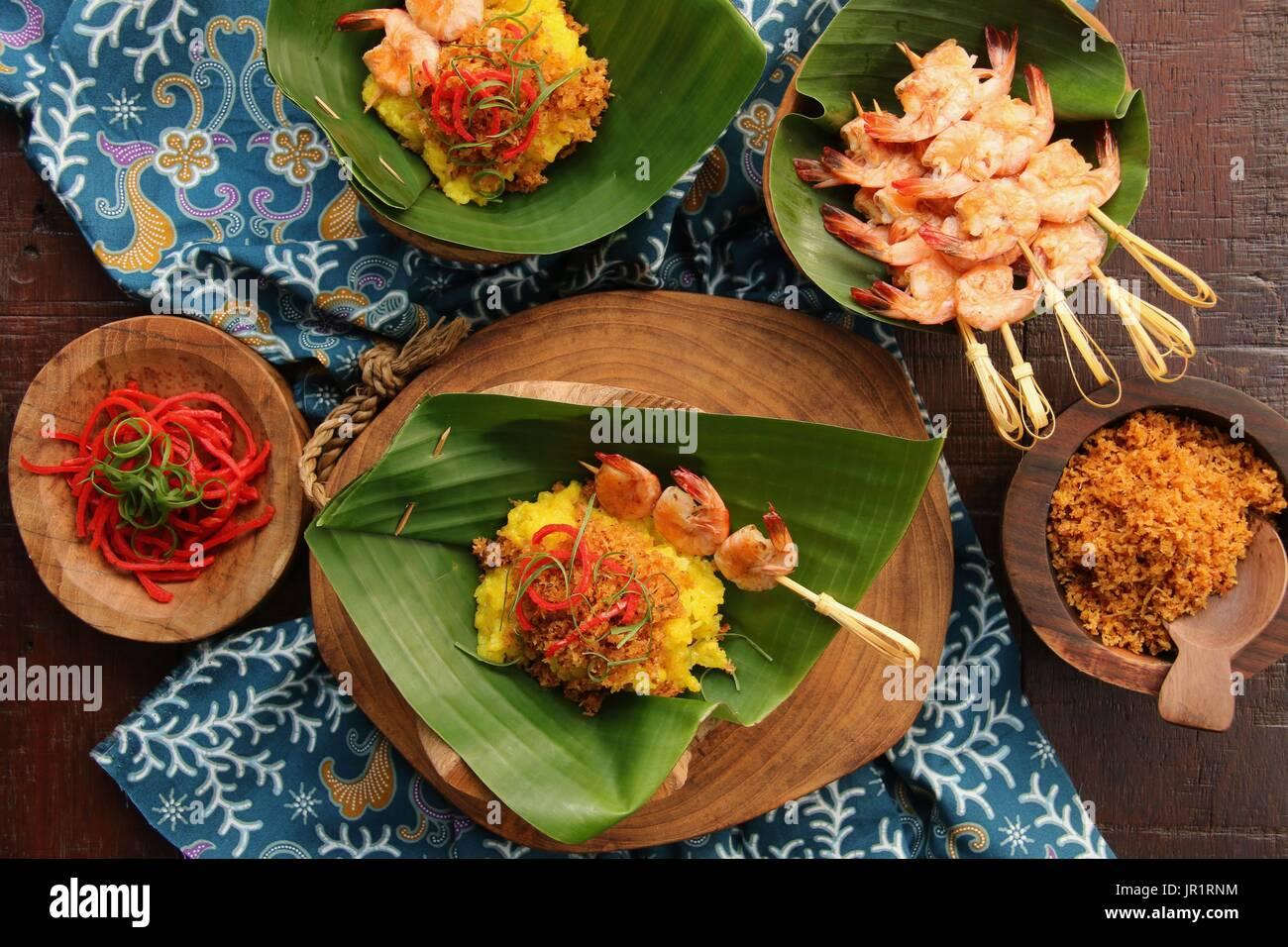 Ketan Serundeng Udang. Gelbwurz Klebreis mit Roasted Coconut und Garnelen Satay Stockfoto