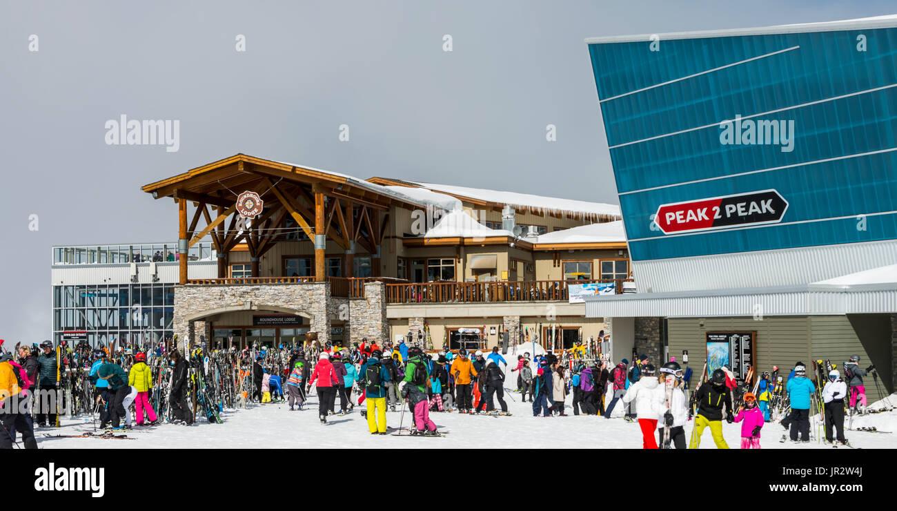 Abfahrt Skifahrer Sammeln an der Hütte an einem Skigebiet, Whistler, British Columbia, Kanada Stockbild