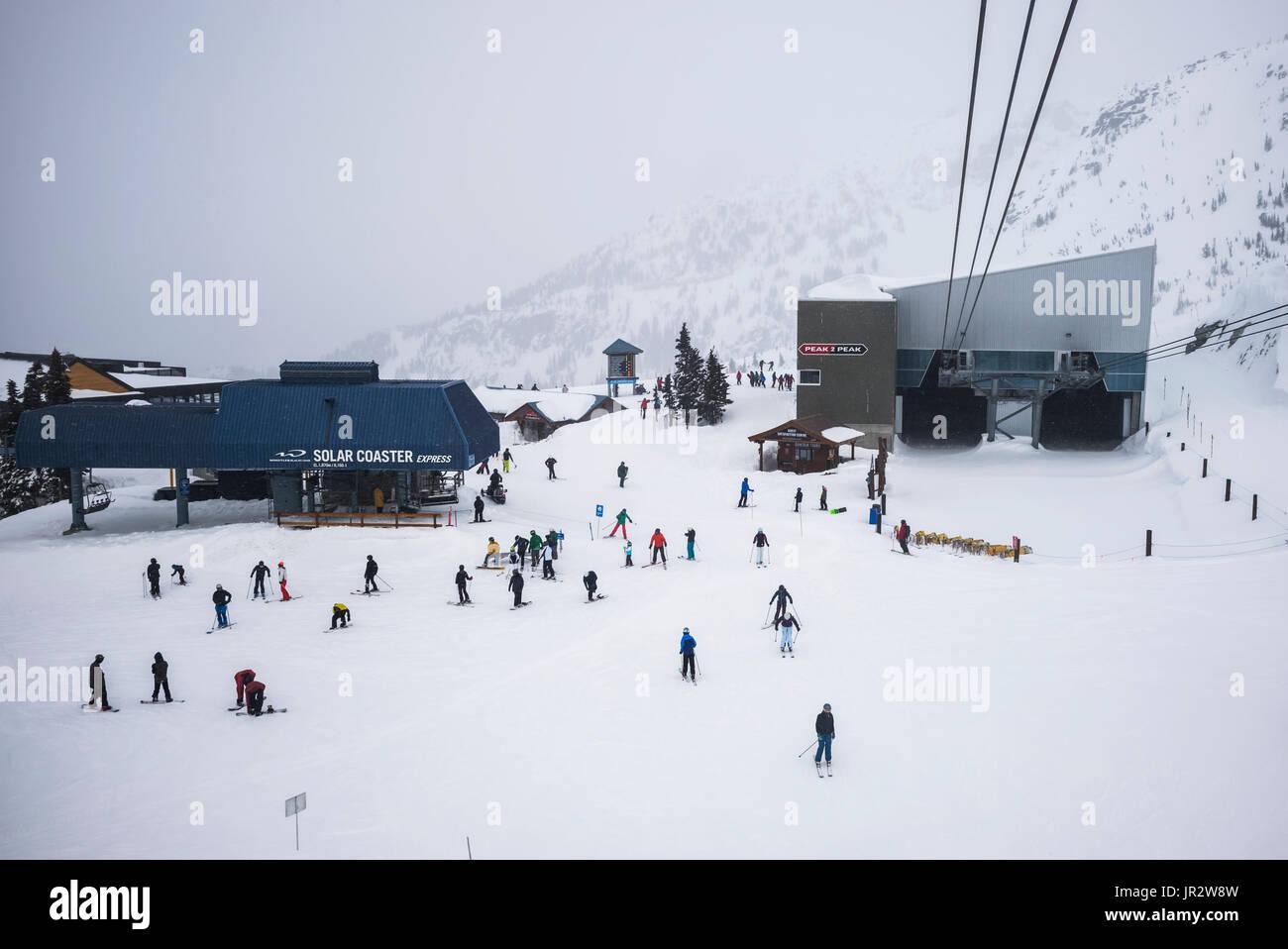 Abfahrt Skifahrer im Skigebiet, Whistler, British Columbia, Kanada Stockbild