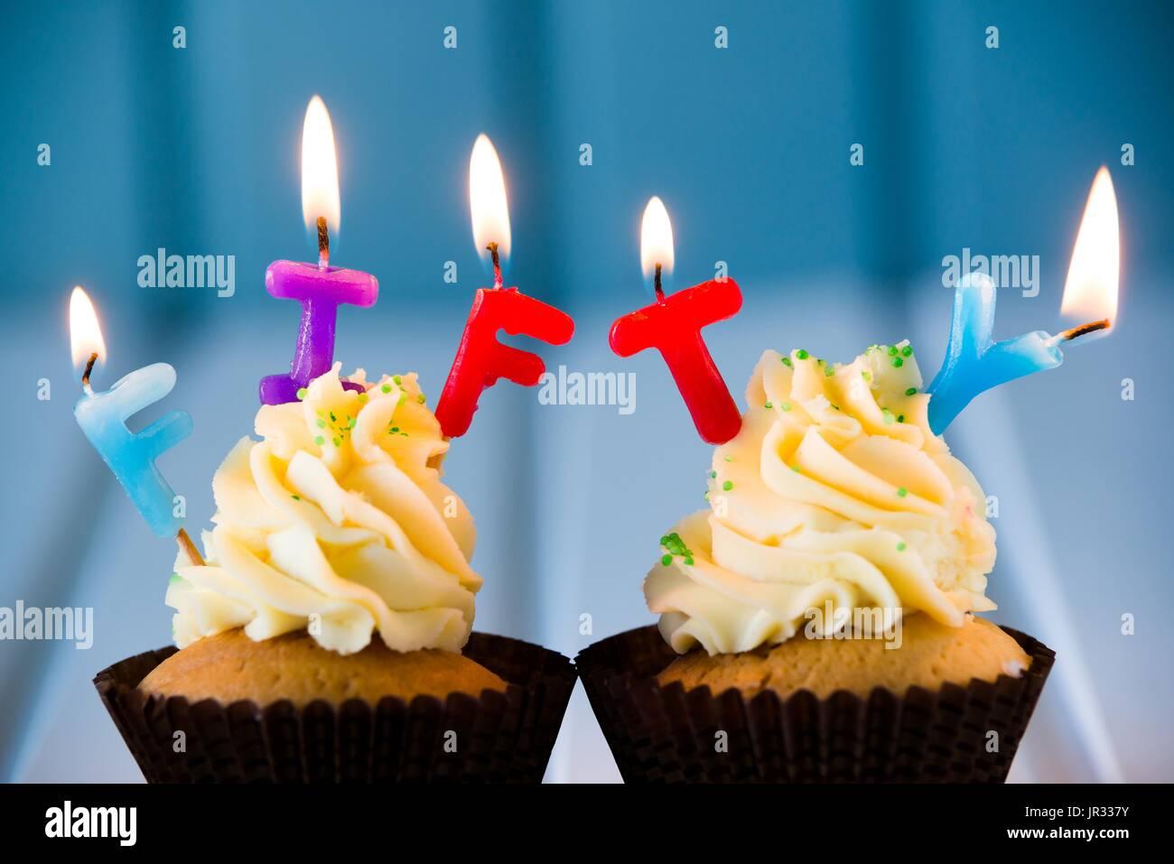 Geburtstagskuchen Cupcake Mit Kerzen Fur 50 50 Geburtstag