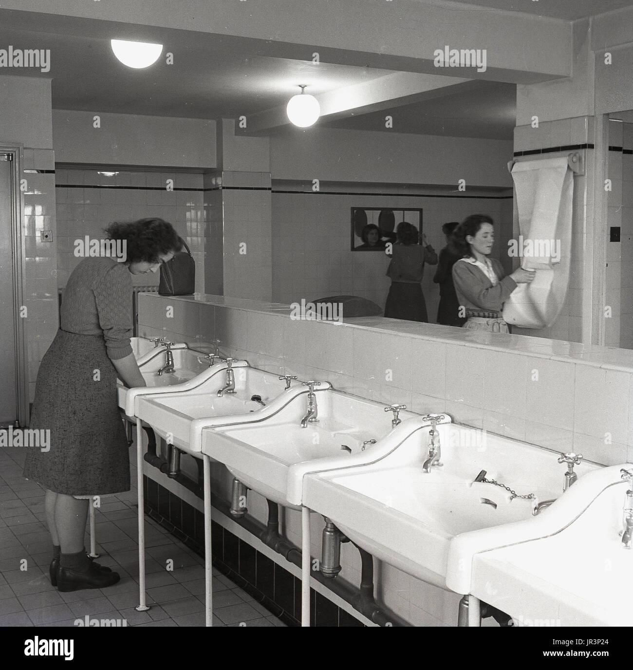 Gentil 1950, England, Junge Erwachsene Weibchen Reinigung Ihre Hände In Großen  Waschbecken Und Ihr Aussehen In Einem Spiegel Kontrolle In Einem Gefliesten  ...