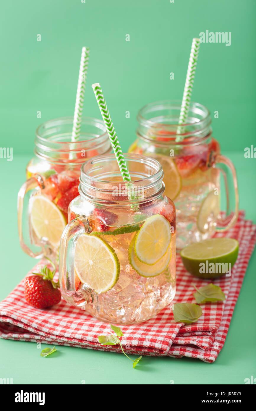 erfrischende Sommer-Limonade mit Erdbeeren und Kalk im Einmachglas Stockbild