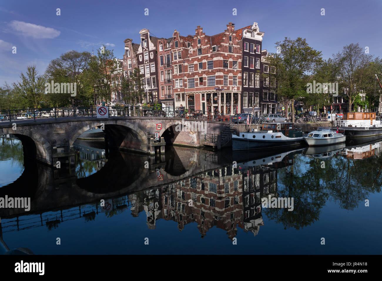 Licht Tour Amsterdam : Krummen häuser und reflexionen im licht frühen morgens den kanal