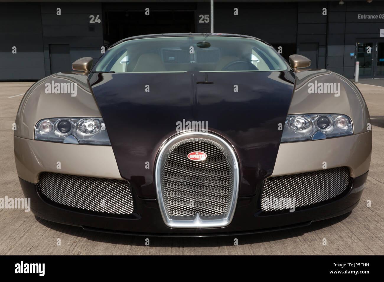 vorderansicht eines 2007 bugatti veyron eb 16.4 auf statische