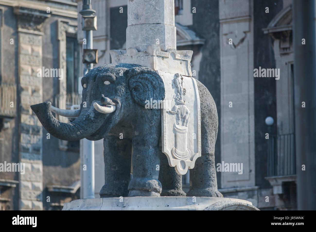 """Catania Sizilien Elefant, """"Liotru"""", ein Lava Felsen Elefant unterstützt einen ägyptischen Obelisk auf dem Rücken ist ein Wahrzeichen in der Stadt Catania. Stockbild"""