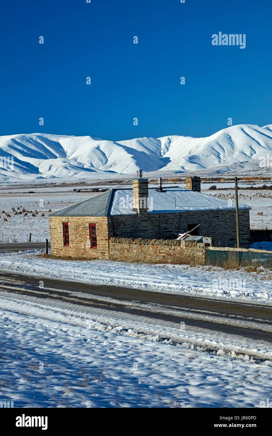 Historisches Landhaus aus Stein und Ida-Angebot im Winter, Hills Creek, Maniototo, Central Otago, Südinsel, Neuseeland Stockfoto