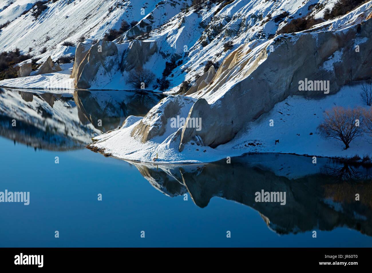 Schnee um blaue See, St. Bathan, Maniototo, Central Otago, Südinsel, Neuseeland Stockbild