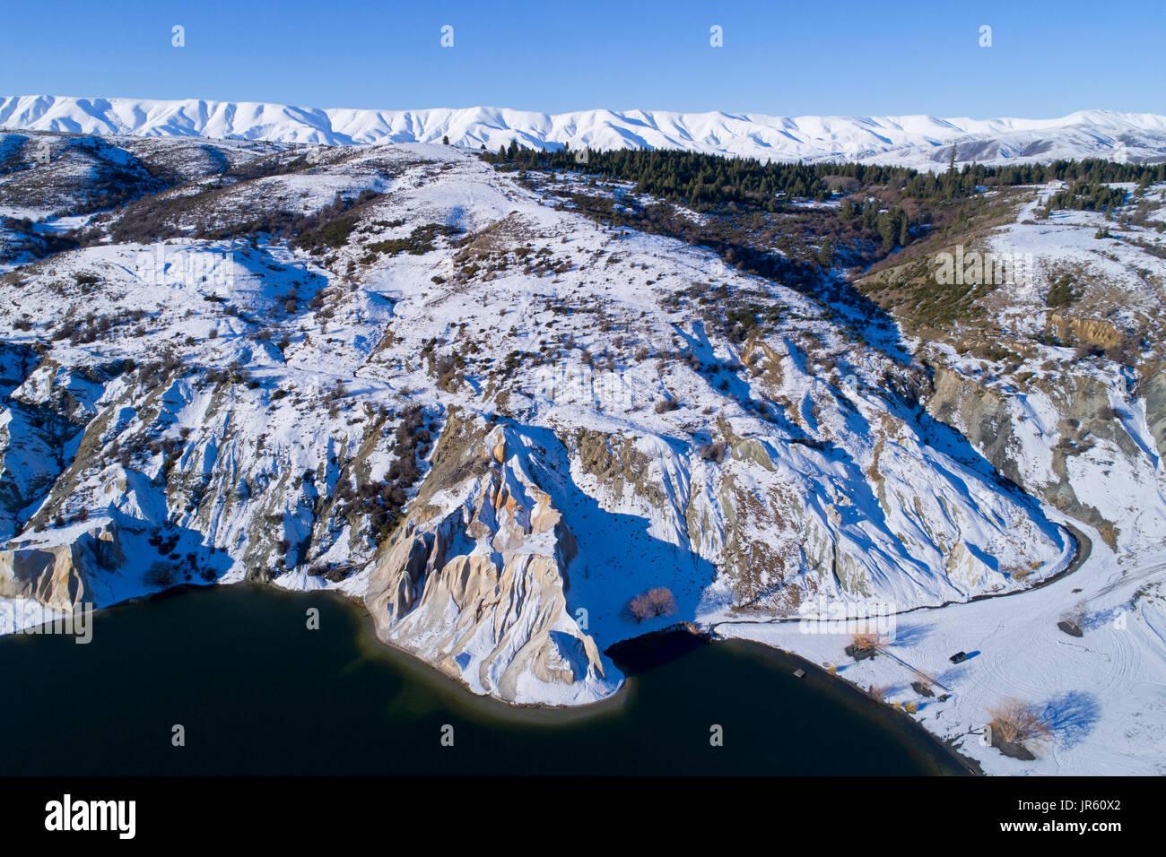 Schnee in Blue Lake, St Bathans, und Hawkdun Bereich, Maniototo, Central Otago, Südinsel, Neuseeland - Luftbild Drohne Stockbild