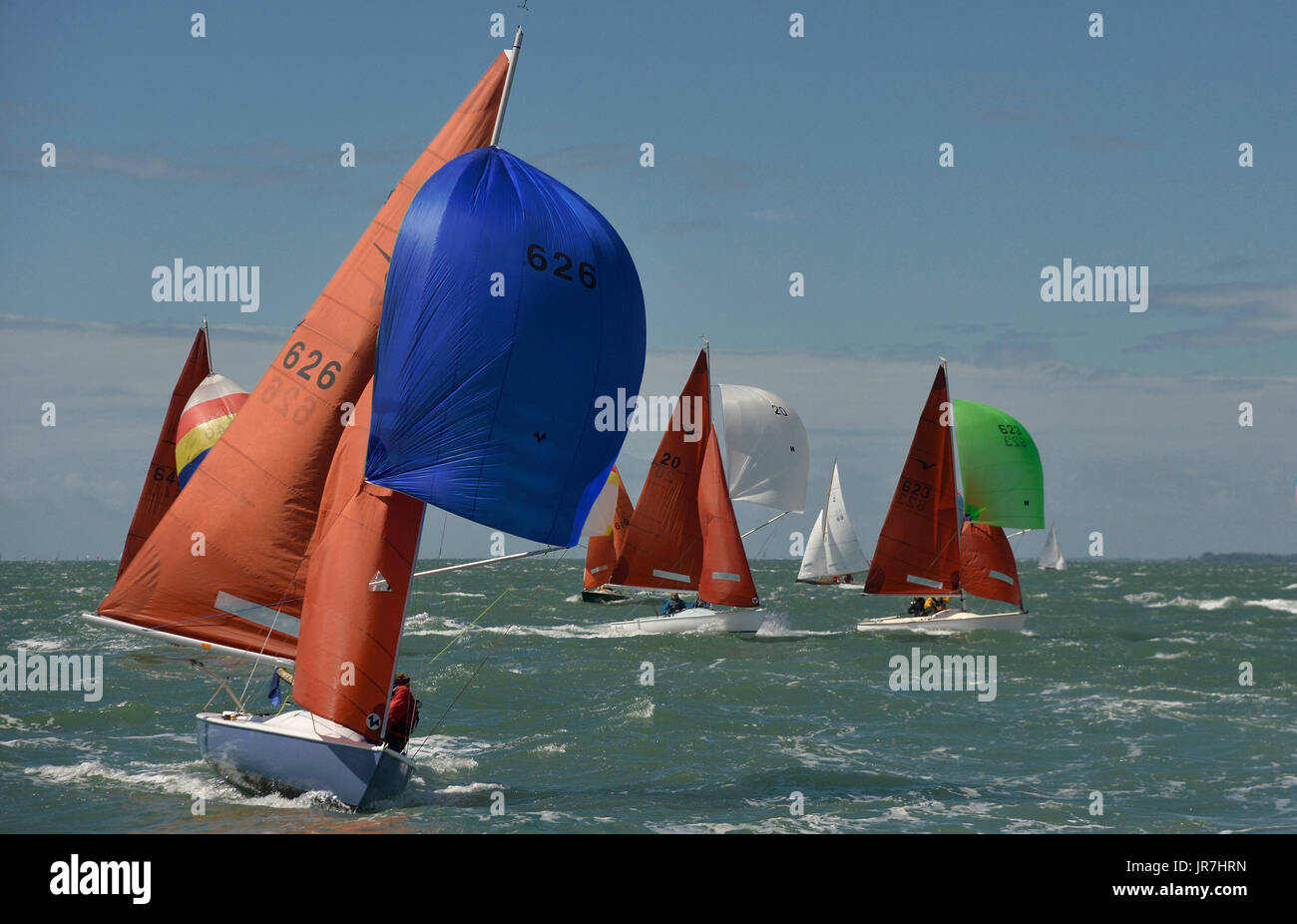 Cowes, UK. 4. August 2017. Lendy Cowes Woche Segeln alle Klassen Squib Klasse Boote Credit: Leo Mason Fotos/Alamy Stockfoto