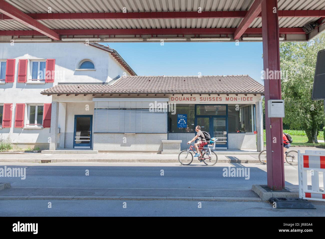 Mo IDEE, Schweiz - 18. Juni 2017: Menschen betreten Switerland aus Frankreich in Mon Idee, eine verlassene Grenzübergang aus dem Schweizer Zoll geschlossen Stockbild