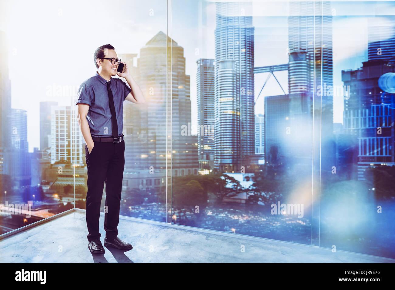 Volle Länge Portrait von Happy 30s 40s Asiatische Geschäftsmann. Stockbild