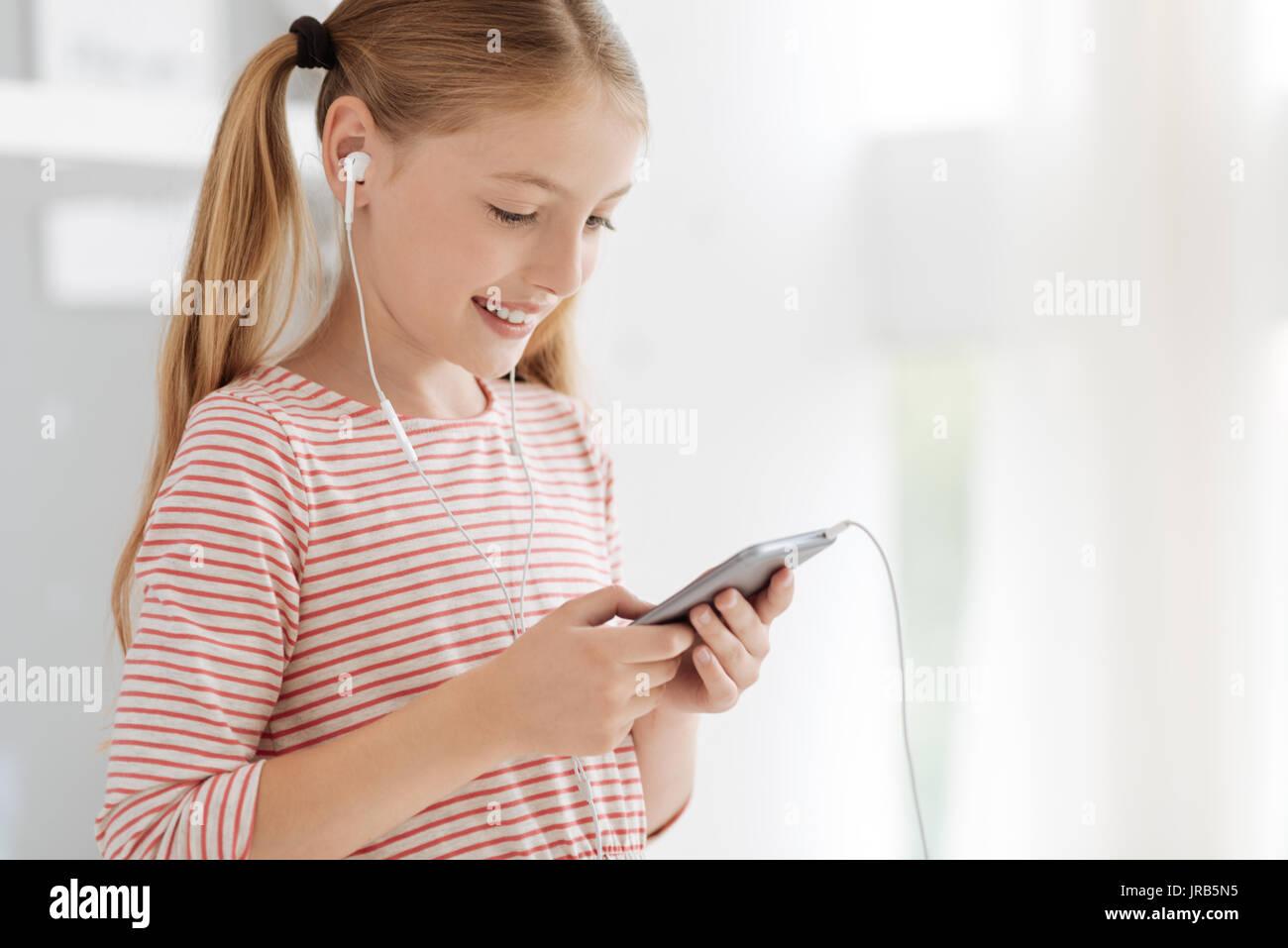 Positiv gesinnten Kind Musik hören Stockbild