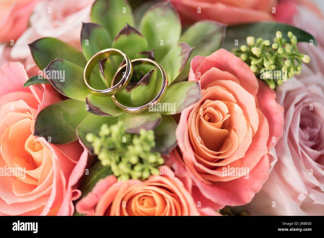 Zwei Goldene Hochzeit Ringe Auf Strauß Rosen Und Saftig