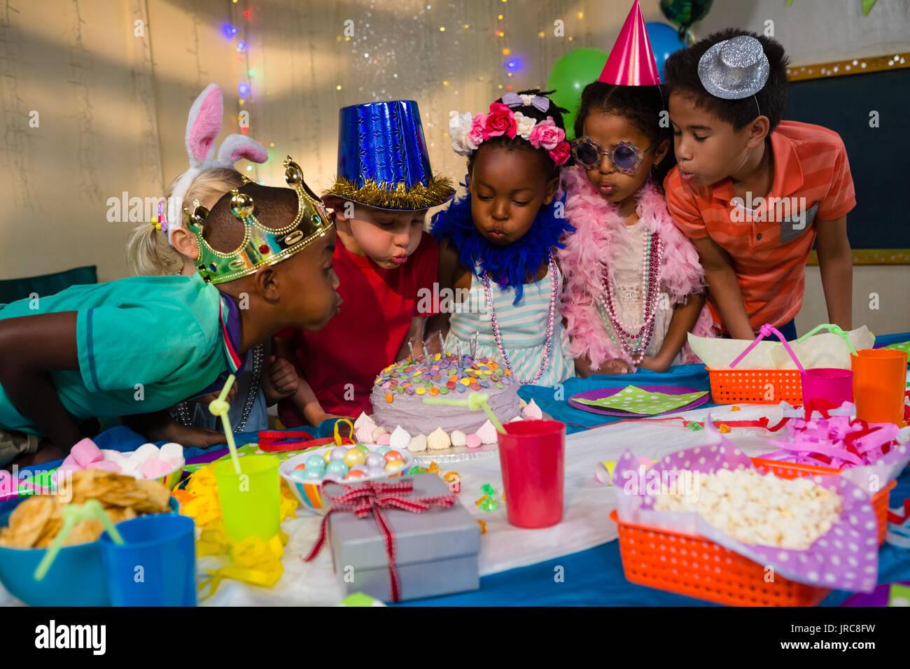 Kinder Blasen Kerzen Auf Kuchen Wahrend Der Geburtstagsfeier