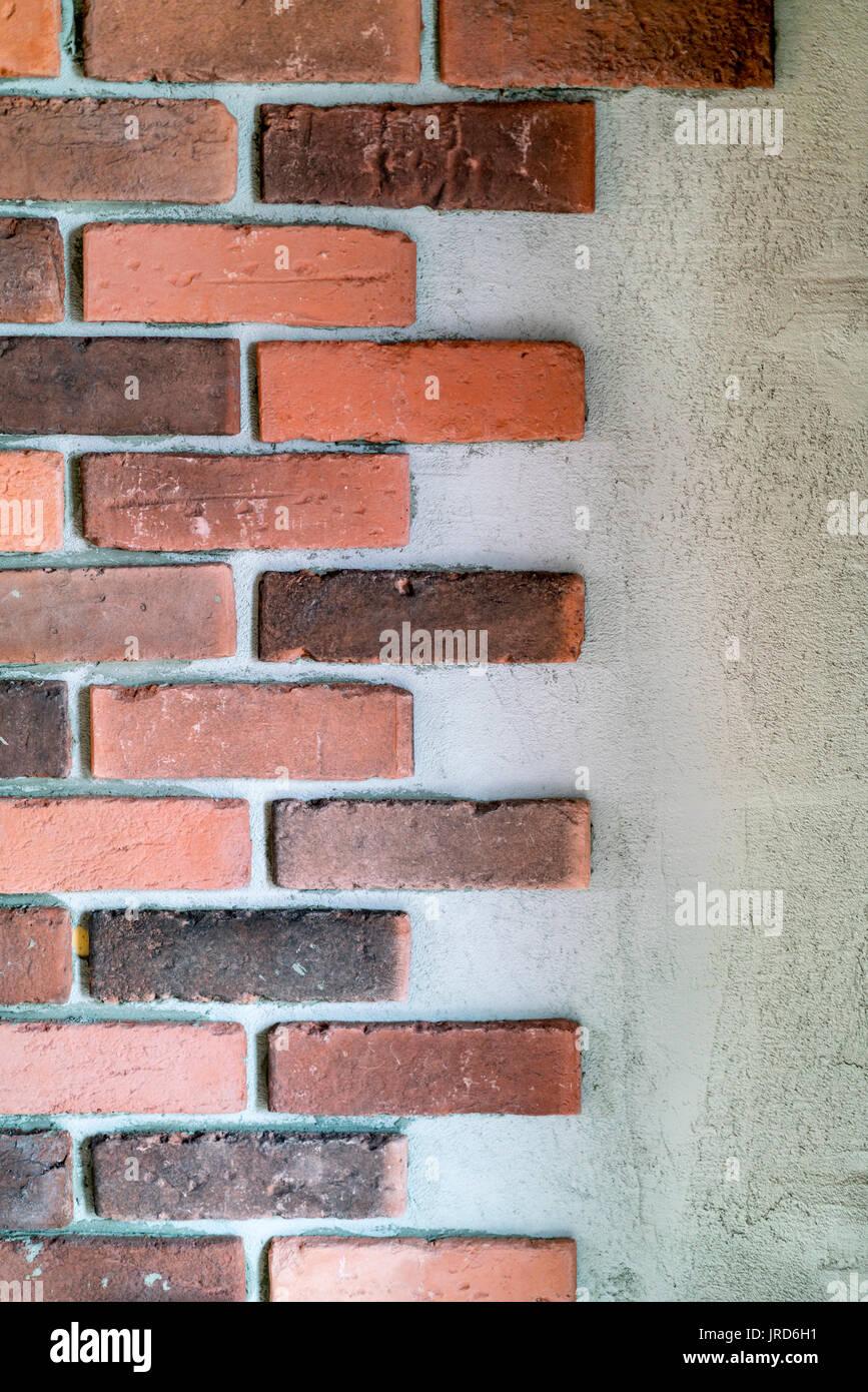 Dekorative Rote Ziegel Am Ende Einer Wand Mit Wechselnden Längen Gegen  Ausgesetzt Mörtel Oder Beton In Einer Architektonischen Hintergrund