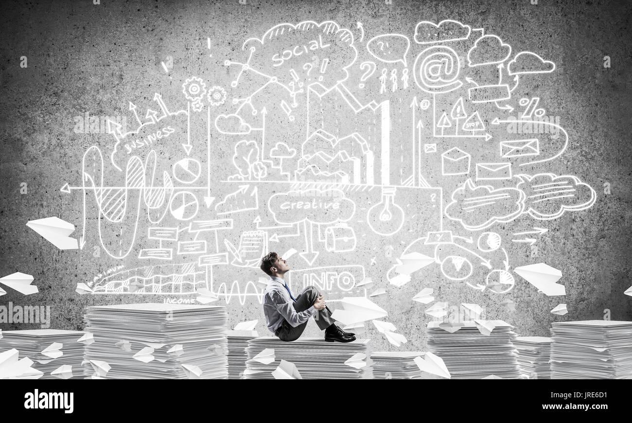 Geschäftsmann träumen über zukünftiges Geschäft. Stockbild