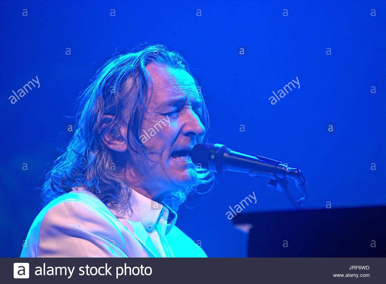 """Roger Hodgson ehemals Sänger und Frontmann der britischen Band Supertramp auf seiner """"Breakfast in America"""" Tour im Konzert in der holstenhalle in Neumünster Stockbild"""