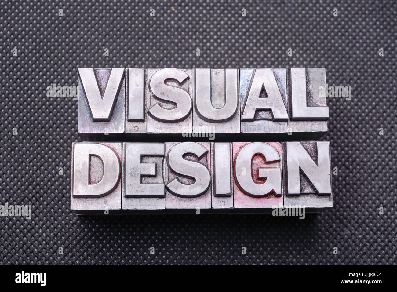 Visuelle Gestaltung Satz aus metallischen Buchdruck Blöcken auf Schwarz perforierte Oberfläche Stockbild