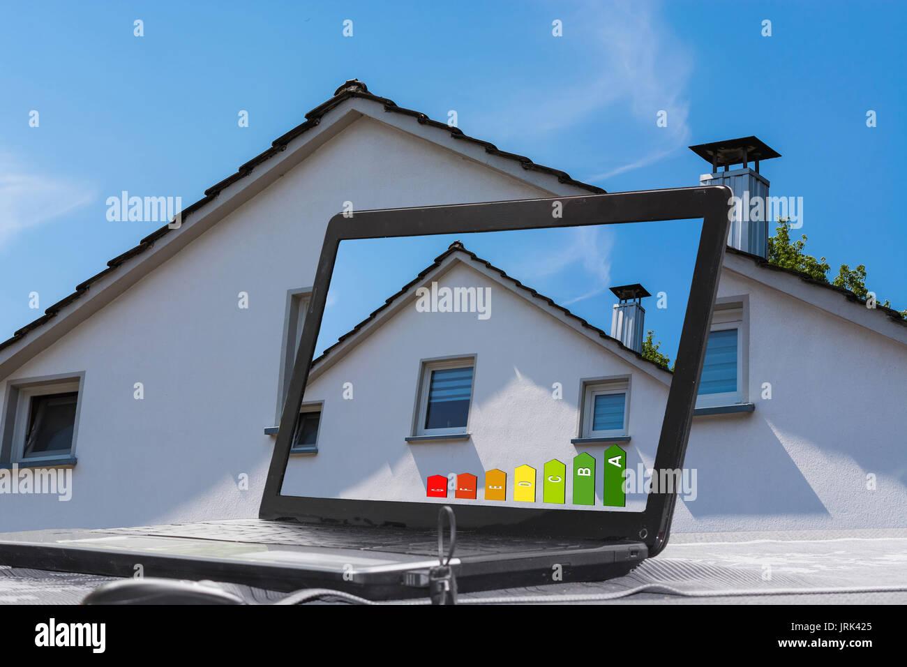 Laptop mit Bild eines Hauses auf dem Monitor. Konzept Gebäude, Design und Architektur. Stockbild