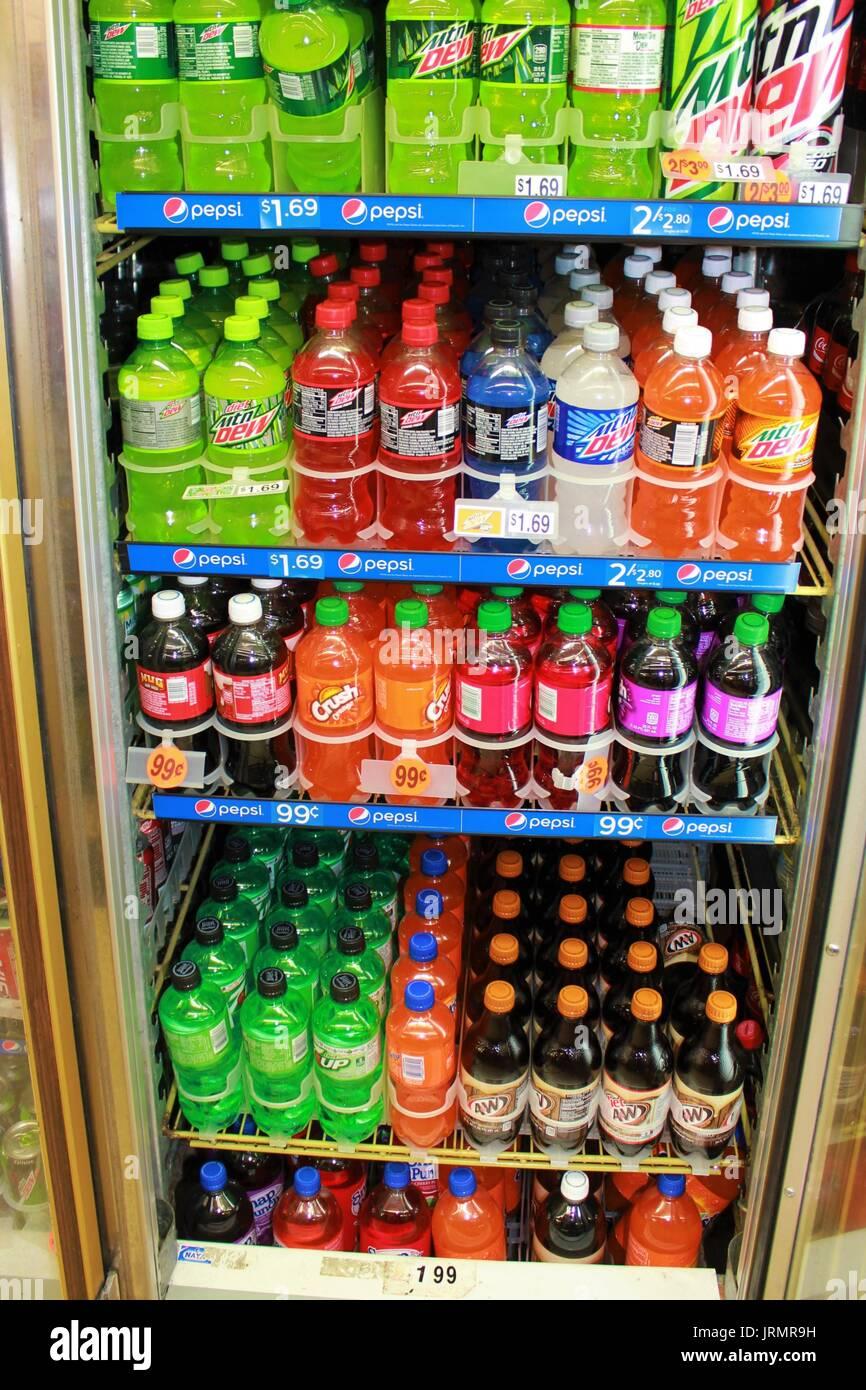 Kalte Getränke in einen Kühler mit offener Tür Stockfoto, Bild ...