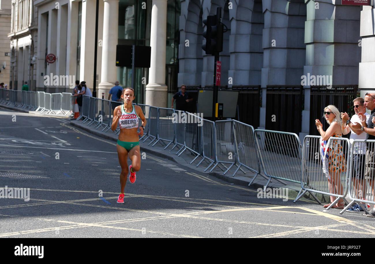 6. August Leichtathletik-Weltmeisterschaft 2017 in London. iaaf Frauen Marathon 06/08/2017 begann um 14:00 Uhr lokale Zeit.de Wetter für einen Marathon mit Sonne und einigen Wolken perfekt ist. Frauen laufen Marathon sind cometeing Für einen WM-Titel 2017. iaaf 2017 Frauen Marathon Weltmeister und Goldmedaille. Gewinner wird sehr bald angekündigt werden. Stockbild