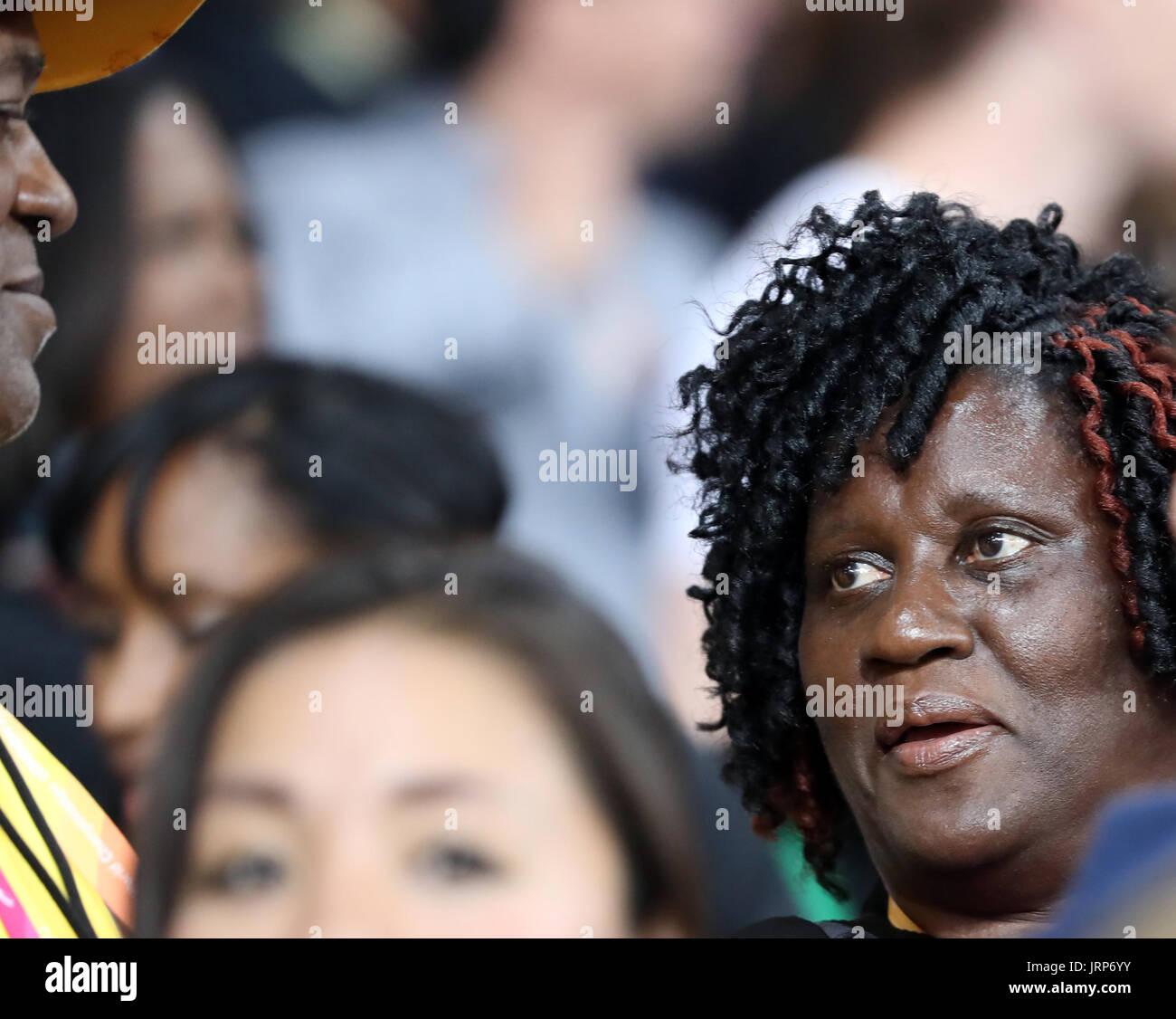 London, UK. 5. August 2017. Superstar Sprinter Usain Bolt (Wellesley Bolt) Vater und Mutter (Jennifer Bolt) Aktie einen Blick in die vollen Tribünen beenden nach Zeugen ihres Sohnes letzten Rennende, mit ihm vor der Tür kurz für golden erwartet. Die Menschenmenge Favorit, legendäre jamaikanische Sprinterin, in seinem letzten Solo-Track-Rennen, Usain 30 fertig 9.95, n für die Bronze in 100 Meter der Herren bei der Weltmeisterschaft der IAAF 2017. Bildnachweis: Scott Mc Kiernan/ZUMA Draht/Alamy Live-Nachrichten Stockbild