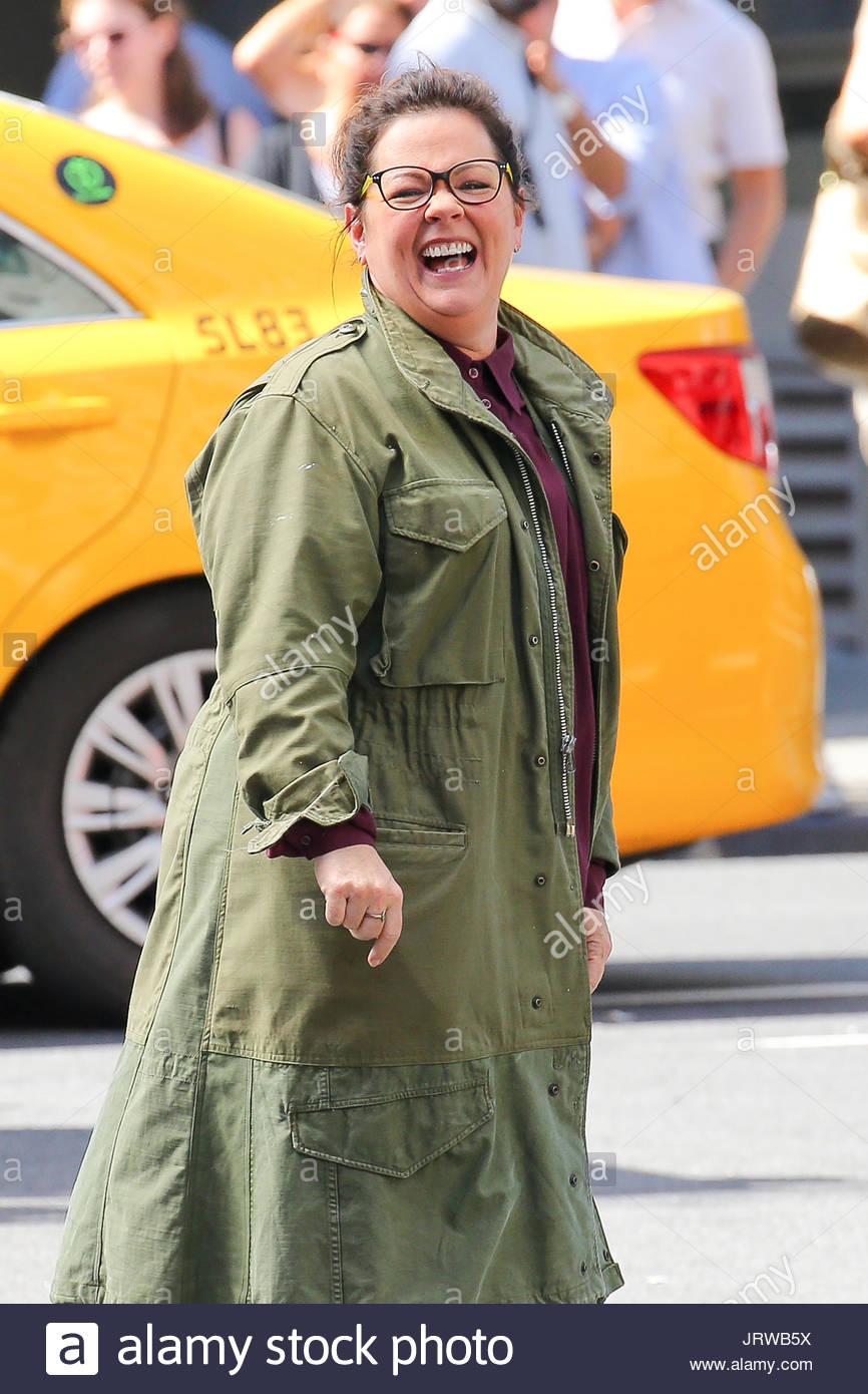 Melissa Mccarthy Melissa Mccarthy Trägt Eine Brille Die Lächelnd