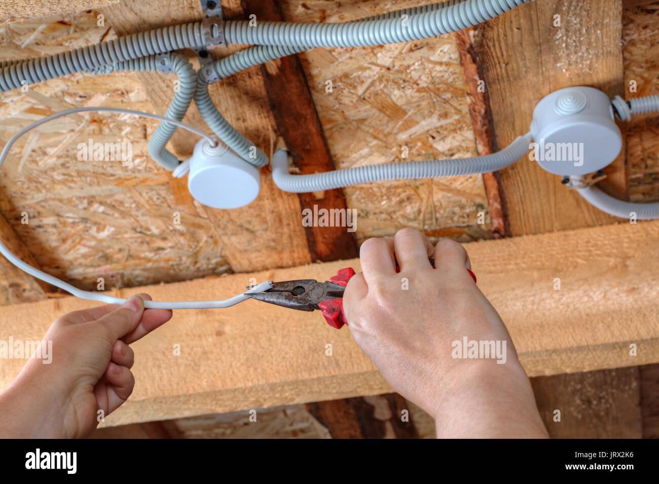 Die Installation der elektrischen Verkabelung in der Decke ...