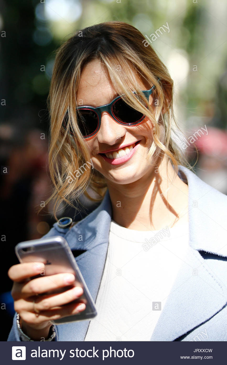 Beatrice Borromeo Casiraghi mit einem Iphone. Beatrice Borromeo, die ...