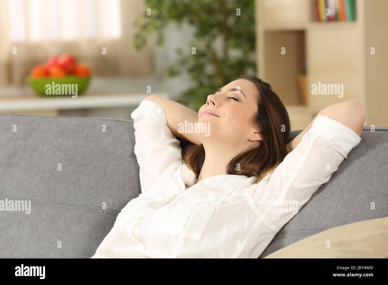 Glückliche Eigenheimbesitzer alleine Entspannen sitzen auf