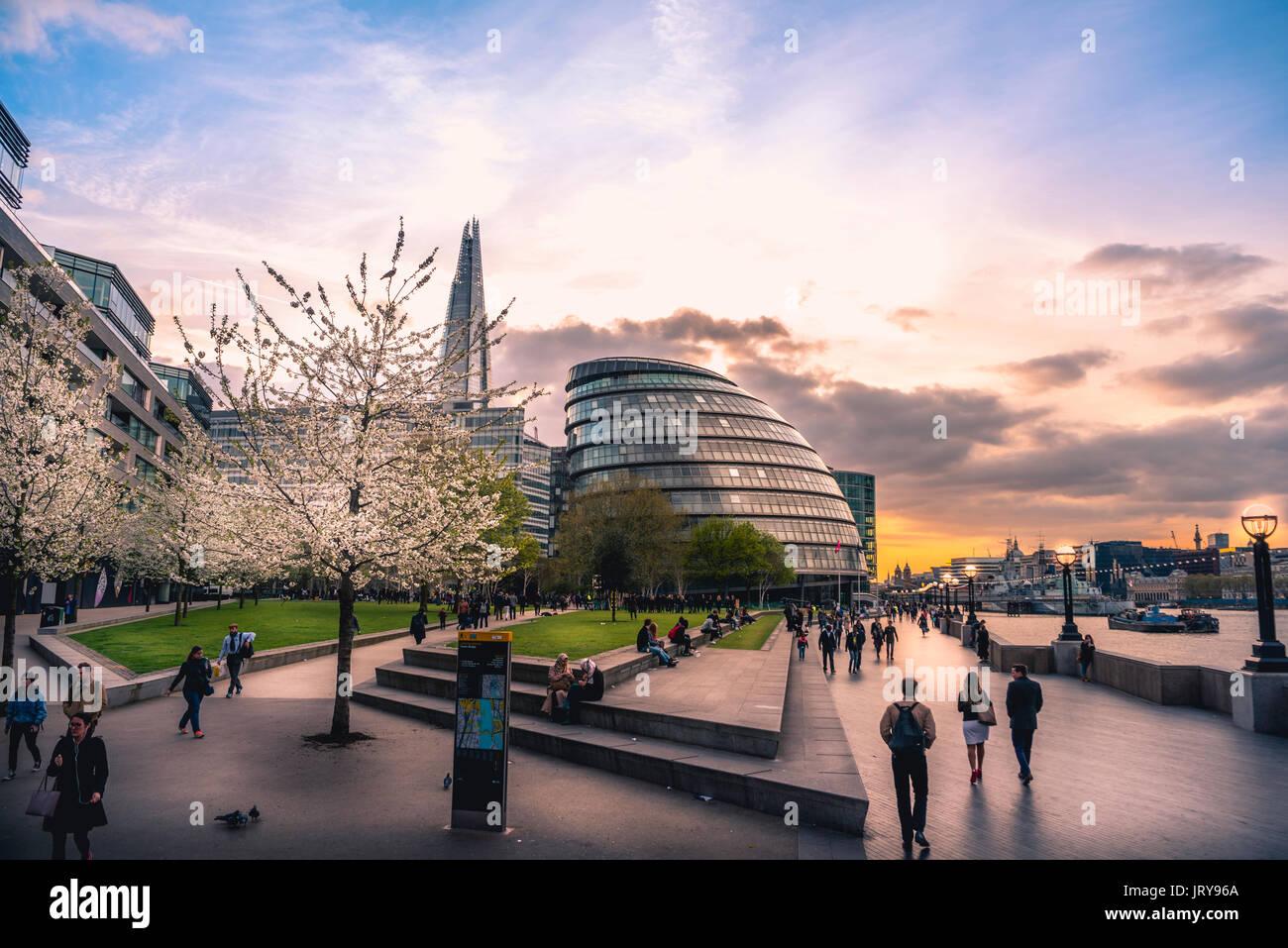 Promenade auf der Themse, Töpfer Felder Park, Skyline, London City Hall, The Shard, bei Sonnenuntergang, Southwark, London, England Stockbild