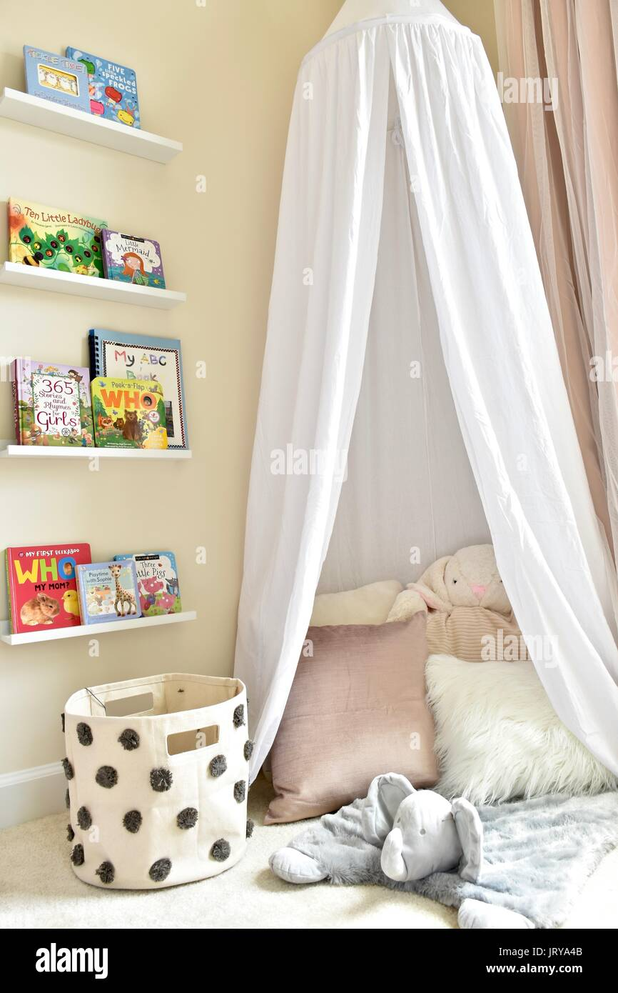 Baby Mädchen Kinderzimmer Stockfoto, Bild: 152420699 - Alamy