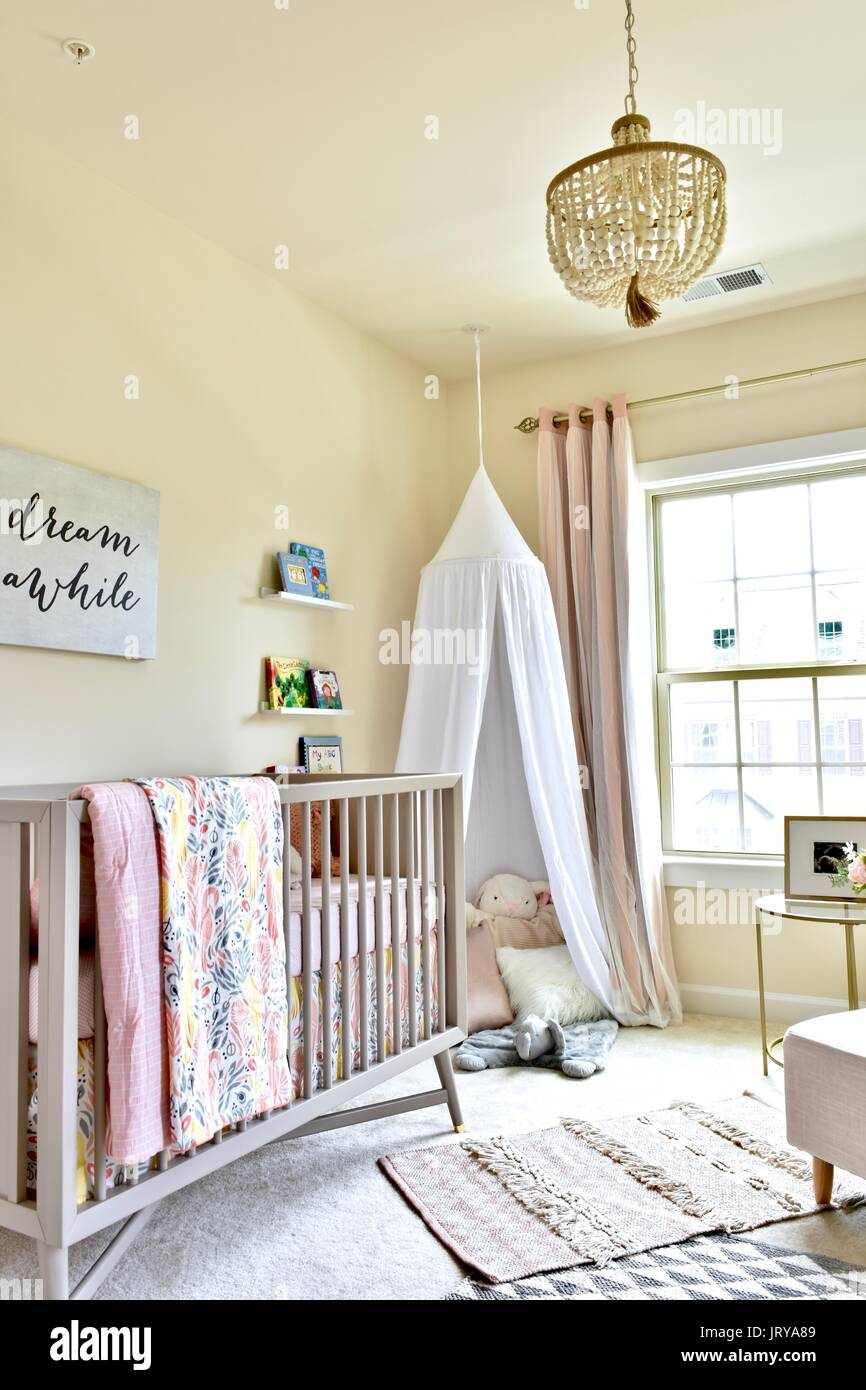 Baby Mädchen Kinderzimmer Stockfoto, Bild: 152420809 - Alamy