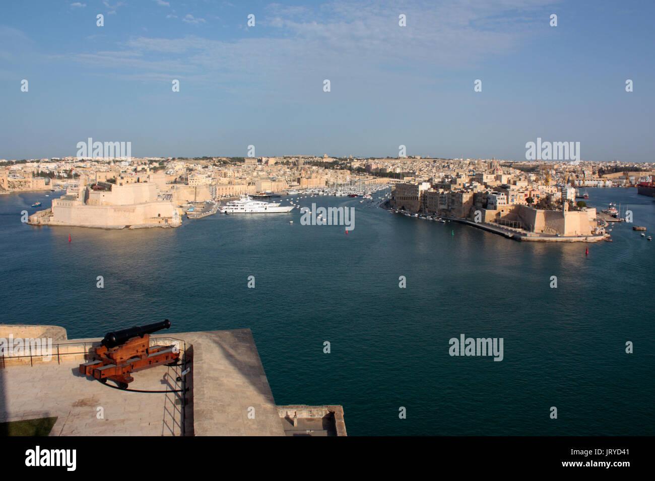 Den Grand Harbour von Malta, einen historischen Mediterrane Reiseziel. Blick von der Oberen Barrakka, Valletta. Urban maltesische Landschaft und Geschichte. Stockbild