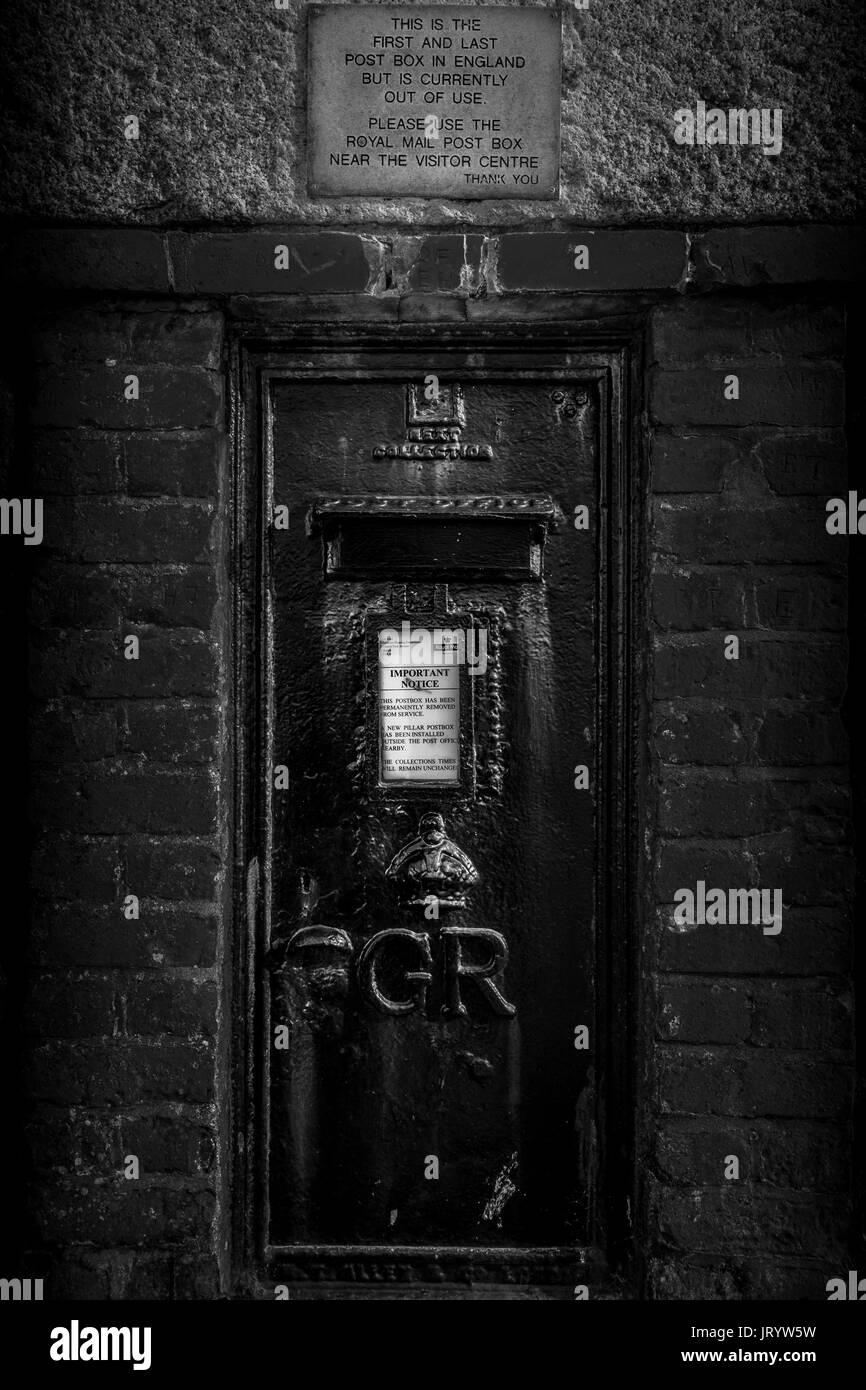 bcedb3fe0fe014 Eine schwarze Royal Mail Post Box bei Lands End in Cornwall ...