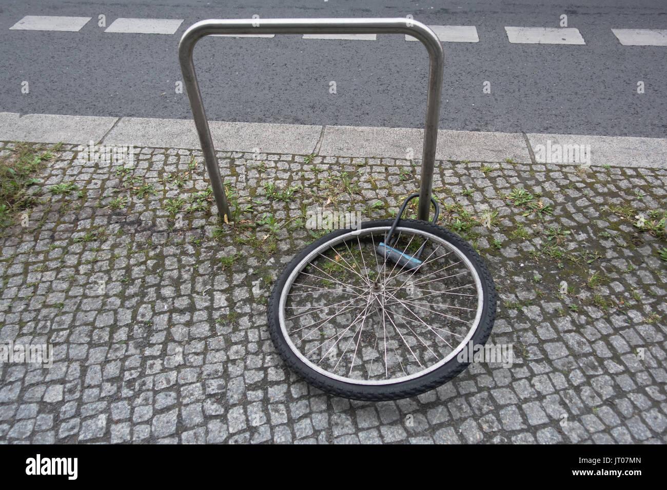 Fahrrad Diebstahl auf der Straße, Fahrrad gestohlen und nur Rad mit ...