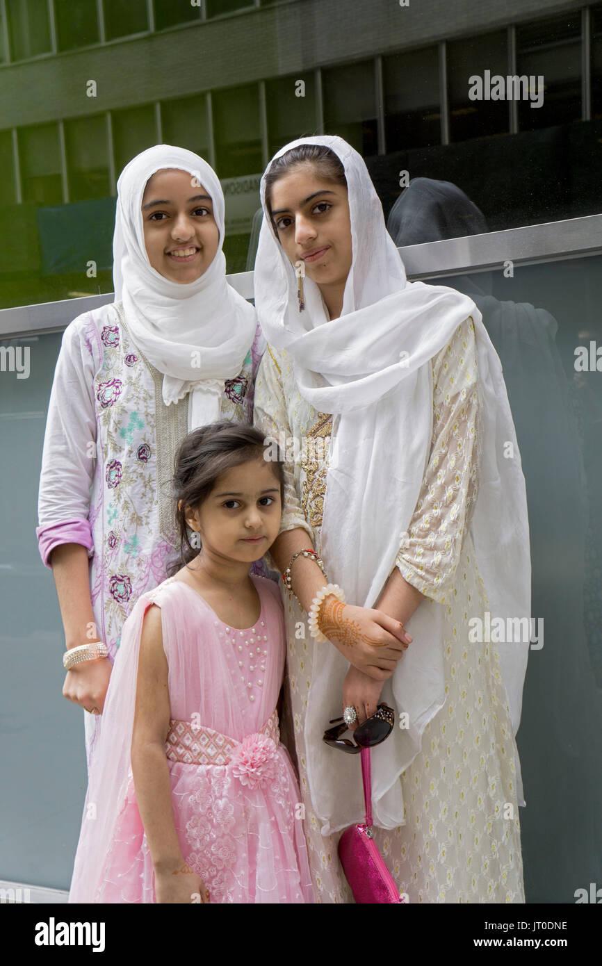 Pakistanische Schwestern tragen hijabs an der jährlichen Pakistan Day Parade ion Midown Manhattan, New York City. Stockbild