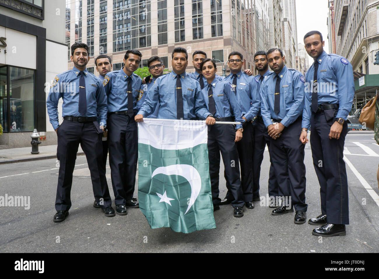Eine Gruppe junge pakistanische Studenten an der NYPD Police Academy an der Pakistan Day Parade in Manhattan, New York City. Stockbild