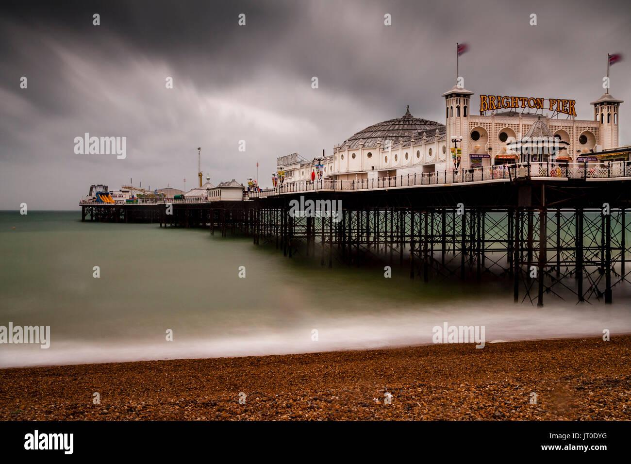 Die Brighton Palace Pier an einem regnerischen Tag, Brighton, Sussex, UK Stockfoto