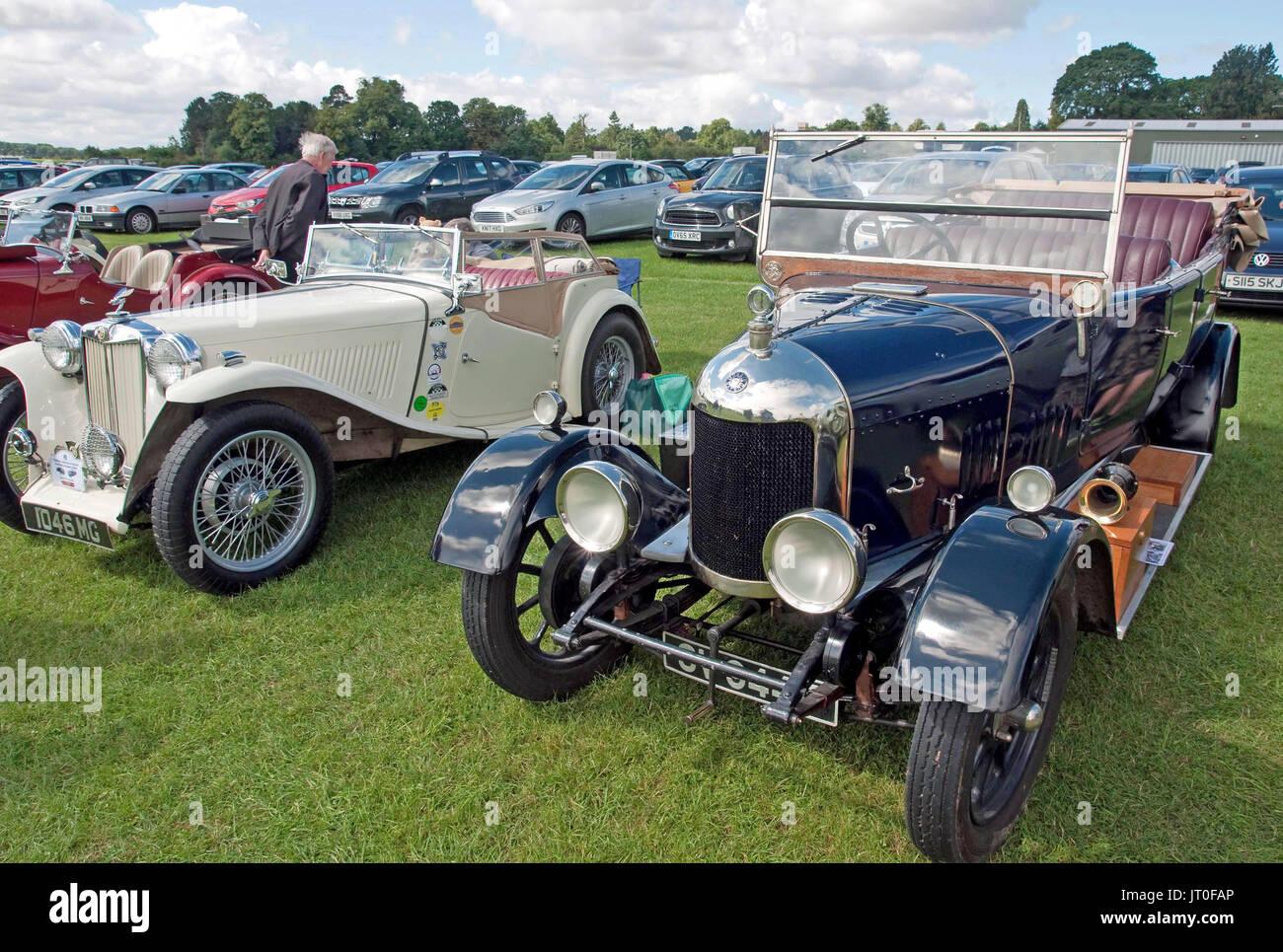 Ein 40er vintage MG TC Midget (links) und einem Morris Oxford Halbrundprofilen in den frühen 20er Jahren erbaut Stockbild