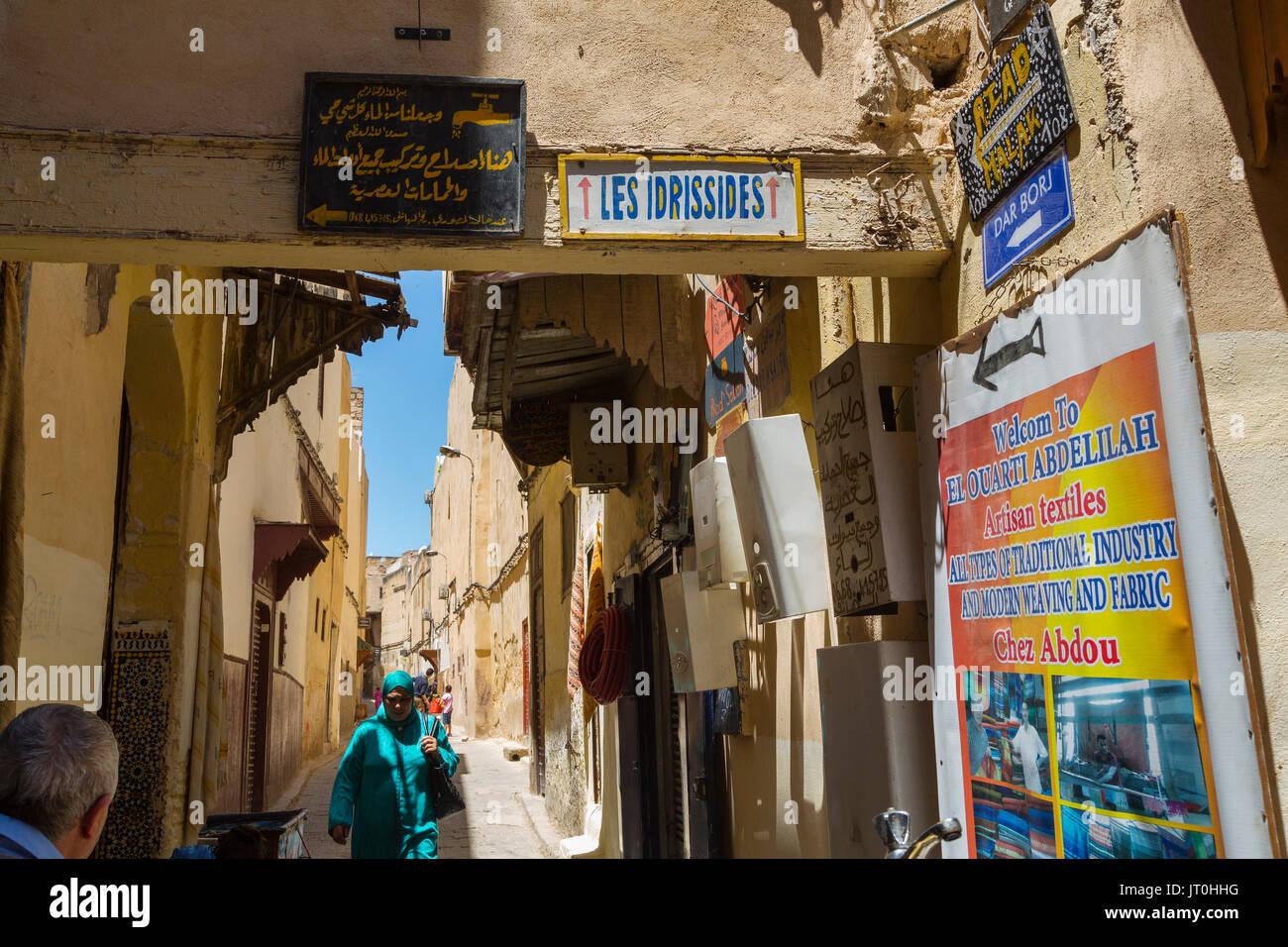 Das Leben auf der Straße. Souk Medina von Fes, Fes el Bali. Marokko, Maghreb Nordafrika Stockbild