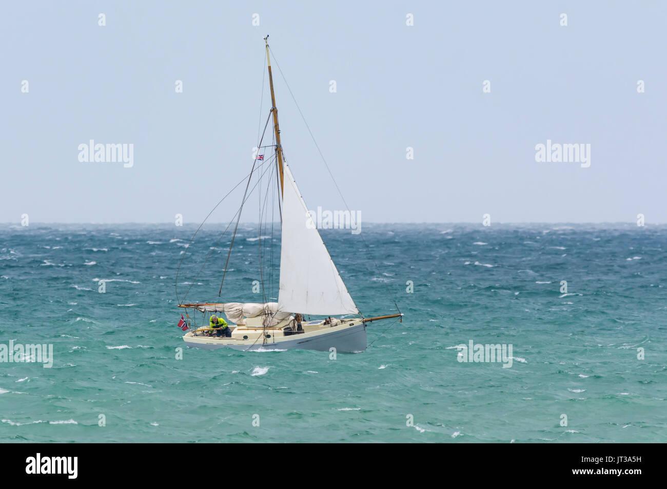Kleines Segelboot auf rauer See an einem windigen Tag. Kleine Yachten. Stockfoto